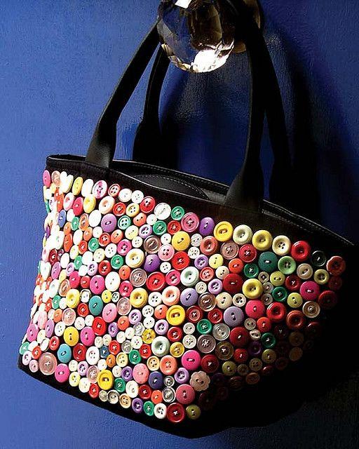 Bolsa de couro sintético customizada com botões.